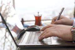 Hombre de negocios que trabaja con la computadora portátil Imagenes de archivo