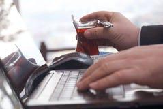 Hombre de negocios que trabaja con la computadora portátil Imagen de archivo