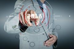 Hombre de negocios que trabaja con la nueva red moderna del social de la demostración de ordenador Imagenes de archivo