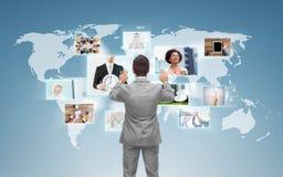 Hombre de negocios que trabaja con la pantalla virtual Fotos de archivo libres de regalías