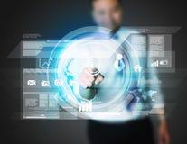 Hombre de negocios que trabaja con la pantalla virtual digital Imagen de archivo