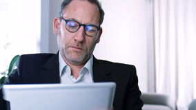 Hombre de negocios que trabaja con la tableta almacen de video