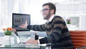 Hombre de negocios que trabaja con las cartas financieras Imagen de archivo libre de regalías
