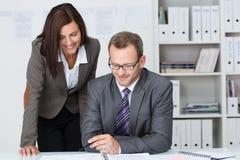 Hombre de negocios que trabaja con su secretaria Imagen de archivo libre de regalías