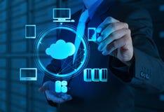 Hombre de negocios que trabaja con un diagrama computacional de la nube en el nuevo co Foto de archivo libre de regalías