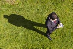 Hombre de negocios que trabaja con un palmtop Fotografía de archivo libre de regalías
