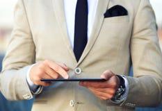 Hombre de negocios que trabaja con una tableta Foto de archivo libre de regalías