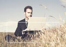 Hombre de negocios que trabaja en el campo fotografía de archivo libre de regalías