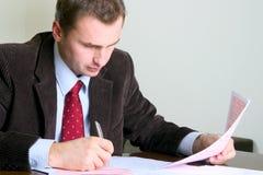 Hombre de negocios que trabaja en el escritorio Imágenes de archivo libres de regalías