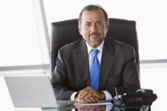 Hombre de negocios que trabaja en el escritorio Fotografía de archivo