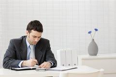 Hombre de negocios que trabaja en el escritorio fotos de archivo libres de regalías