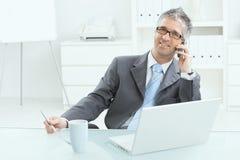Hombre de negocios que trabaja en el escritorio Imagen de archivo