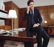 Hombre de negocios que trabaja en el escritorio de oficina ab Imagenes de archivo