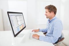 Hombre de negocios que trabaja en el ordenador Imagen de archivo libre de regalías