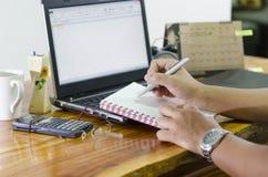 Hombre de negocios que trabaja en el ordenador Foto de archivo libre de regalías