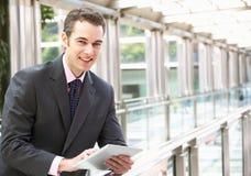 Hombre de negocios que trabaja en el ordenador de la tablilla Fotos de archivo libres de regalías
