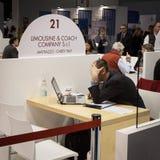 Hombre de negocios que trabaja en el ordenador en el pedazo 2014, intercambio internacional del turismo en Milán, Italia Imagen de archivo libre de regalías