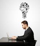Hombre de negocios que trabaja en el ordenador portátil Imagen de archivo