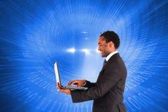 Hombre de negocios que trabaja en el ordenador portátil Foto de archivo