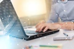 Hombre de negocios que trabaja en el ordenador portátil, efecto luminoso, sobrepuesto con las redes imagen de archivo