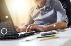 Hombre de negocios que trabaja en el ordenador portátil, efecto luminoso, sobrepuesto con los diagramas imágenes de archivo libres de regalías