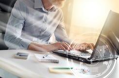 Hombre de negocios que trabaja en el ordenador portátil, efecto luminoso, sobrepuesto con los diagramas imagen de archivo libre de regalías