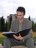 Hombre de negocios que trabaja en el parque Imagen de archivo