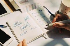 Hombre de negocios que trabaja en el proyecto para el EMPOLL?N que analiza el equilibrio financiero del informe de la compa??a co fotos de archivo