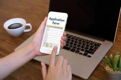 hombre de negocios que trabaja en el web en línea Job Appli del uso del ordenador portátil Foto de archivo