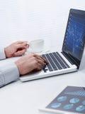 Hombre de negocios que trabaja en gráficos Foto de archivo libre de regalías
