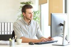 Hombre de negocios que trabaja en línea en la oficina foto de archivo libre de regalías