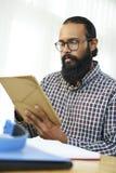 Hombre de negocios que trabaja en l?nea en la PC de la tableta imágenes de archivo libres de regalías