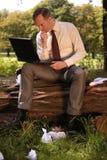 Hombre de negocios que trabaja en la computadora portátil Fotos de archivo