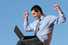 Hombre de negocios que trabaja en la computadora portátil Imágenes de archivo libres de regalías