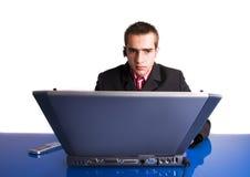 Hombre de negocios que trabaja en la computadora portátil Imagenes de archivo