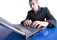 Hombre de negocios que trabaja en la computadora portátil Fotografía de archivo libre de regalías