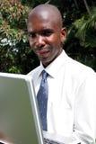 Hombre de negocios que trabaja en la computadora portátil Imagen de archivo