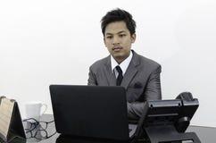 Hombre de negocios que trabaja en la oficina Imagenes de archivo