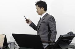 Hombre de negocios que trabaja en la oficina Foto de archivo