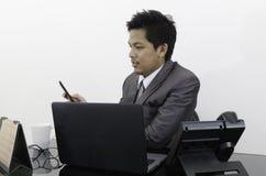 Hombre de negocios que trabaja en la oficina Imágenes de archivo libres de regalías