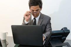 Hombre de negocios que trabaja en la oficina Foto de archivo libre de regalías