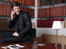 Hombre de negocios que trabaja en la oficina aa Fotografía de archivo