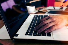 Hombre de negocios que trabaja en la oficina con el ordenador portátil Fotos de archivo