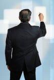 Hombre de negocios que trabaja en la pantalla digital Fotos de archivo