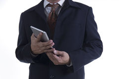 Hombre de negocios que trabaja en la tablilla digital Fotografía de archivo libre de regalías