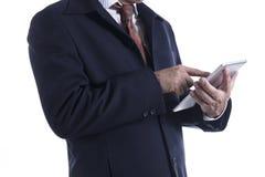 Hombre de negocios que trabaja en la tablilla digital Foto de archivo libre de regalías