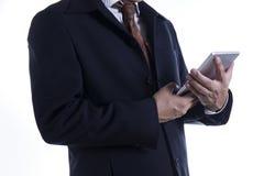 Hombre de negocios que trabaja en la tablilla digital Fotos de archivo libres de regalías