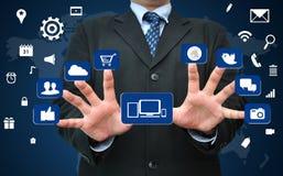 Hombre de negocios que trabaja en medios concepto social del icono stock de ilustración