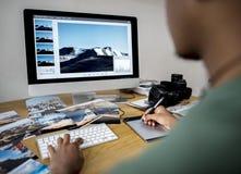 Hombre de negocios que trabaja en oficina fotos de archivo libres de regalías
