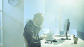 Hombre de negocios que trabaja en oficina almacen de video
